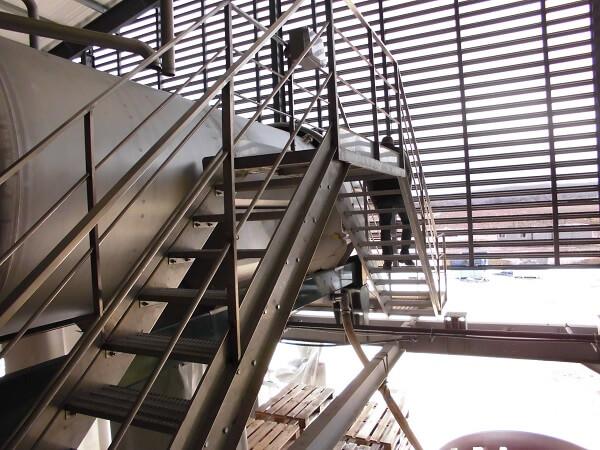 Passerelles avec escaliers pour accès aux cuves