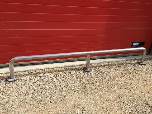 barrière Inox pour attacher les motos en extérieur